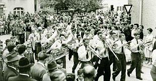Festzug Bezirksmusikfest 1956 in Wertingen, Ecke Dillinger Straße und Josef-Frank-Straße