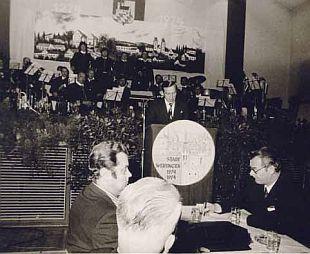 Die Stadtkapelle Wertingen spielte bei der 700-Jahr-Feier der Stadt Wertingen. Bürgermeister Dietrich Riesebeck (am Rednerpult) konnte die Minister Anton Jaumann (rechts), Josef Ertl (links) und Hans-Jochen Vogel (nicht auf dem Bild) begrüßen.r